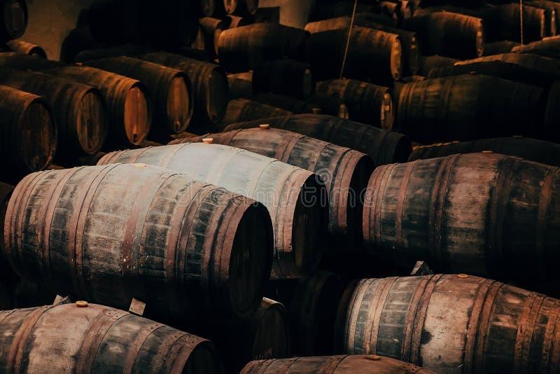 Tambores de madeira com vinho dentro da adega tradicional com a adega escura para o winemaking, Portugal imagens de stock royalty free