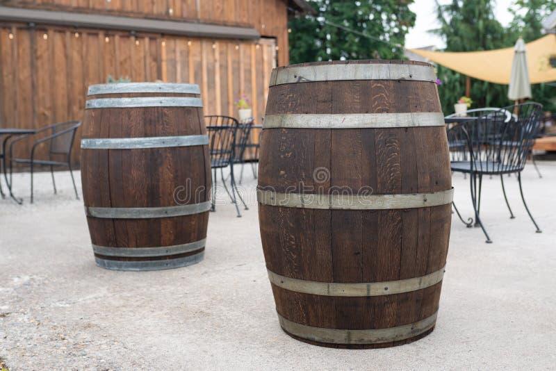 Tambores de madeira do carvalho na plaza foto de stock