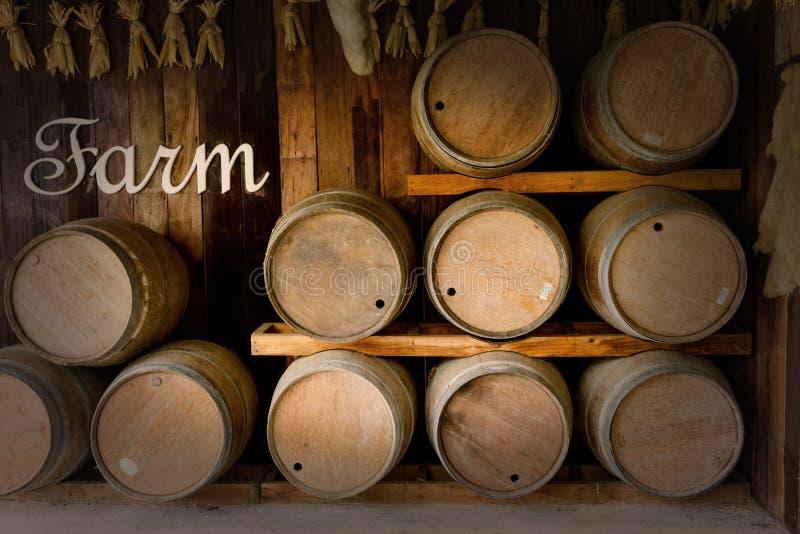 Tambores de madeira velhos empilhados na adega fotografia de stock