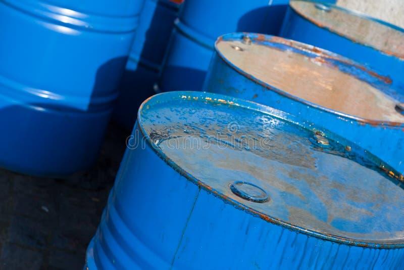 Tambores de petróleo azuis (1) imagem de stock