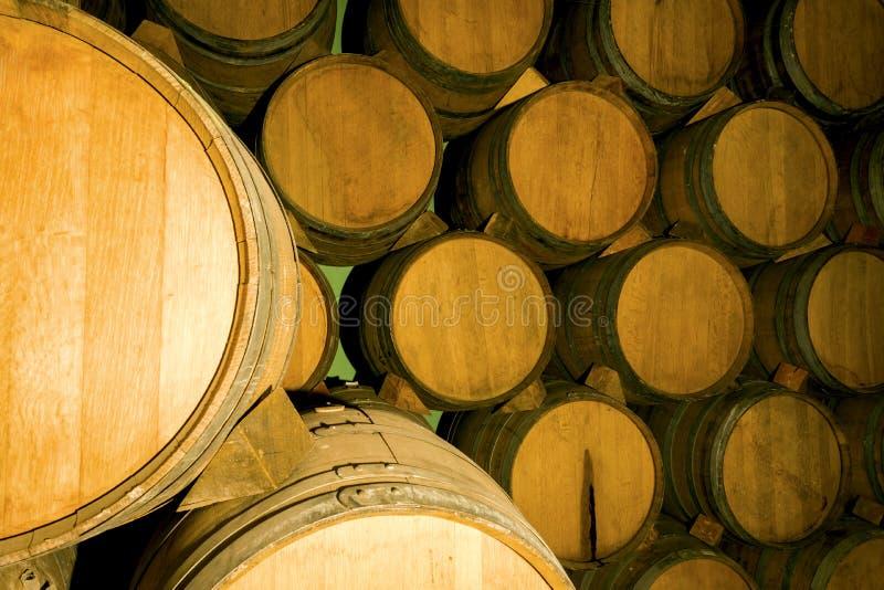Tambores de vinho da pilha fotografia de stock royalty free