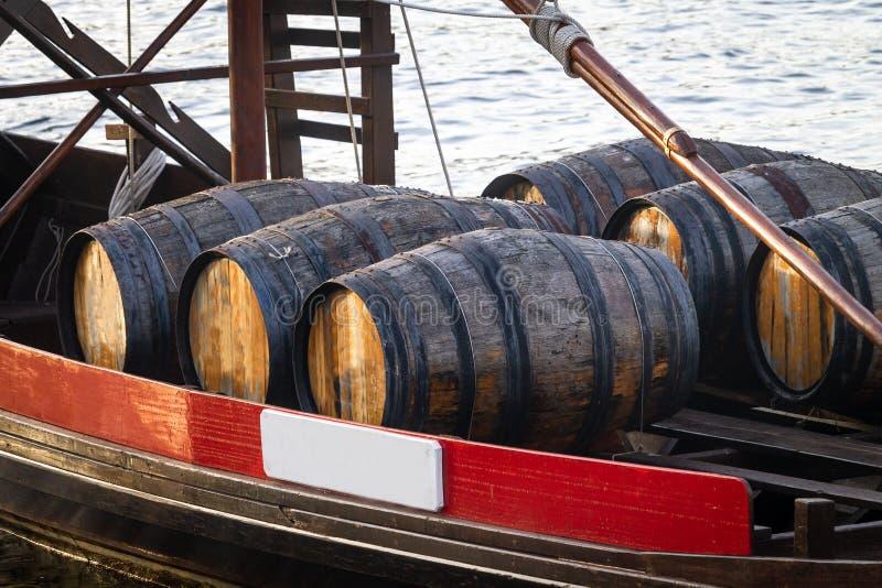 Tambores de vinho do Porto no rio imagem de stock royalty free