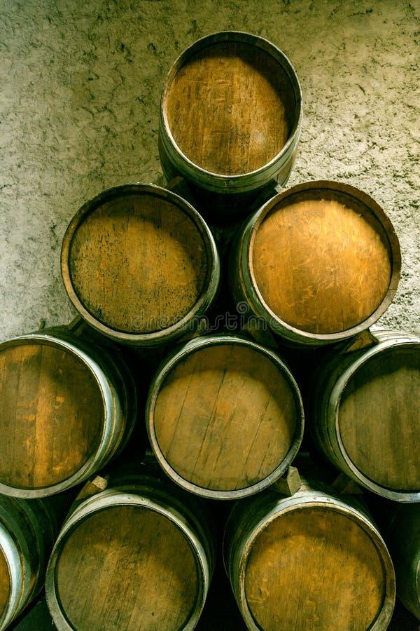 Tambores de vinho empilhados fotos de stock royalty free