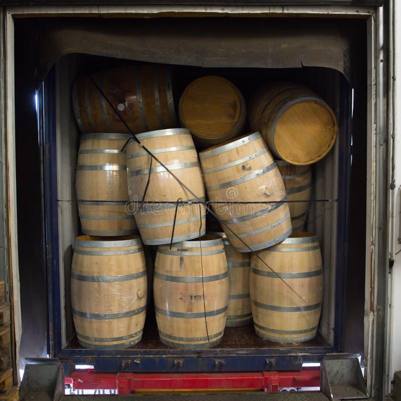 Tambores de vinho empilhados no caminhão, doca de carga, vinhedo do Bordéus fotografia de stock royalty free