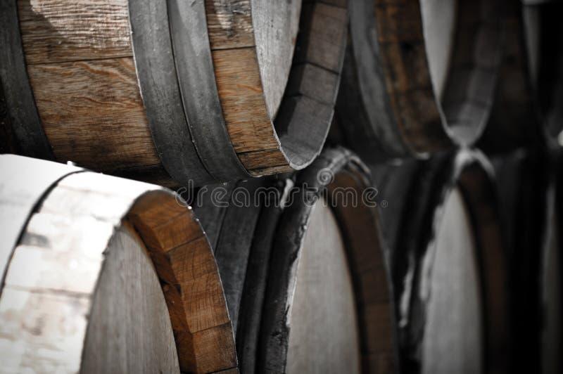 Tambores de vinho escuros para armazenar o vinho do vintage fotos de stock