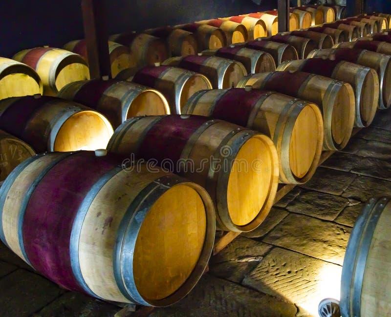 Tambores de vinho de madeira em um porão imagens de stock royalty free