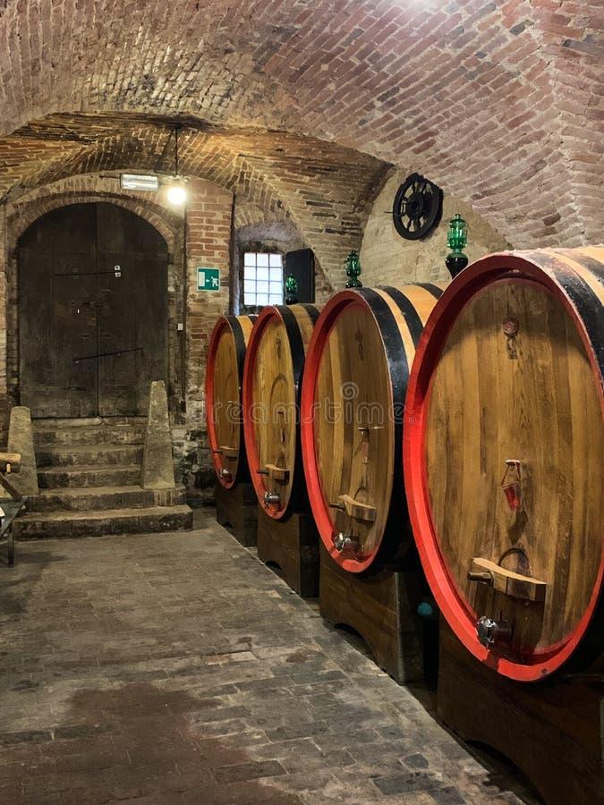 Tambores do carvalho em uma adega de vinho subterr?nea velha imagens de stock royalty free