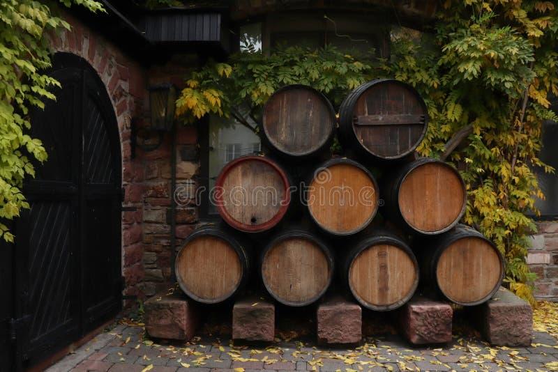 Tambores fora de uma porta em Rudesheim-Bing, Alemanha foto de stock royalty free