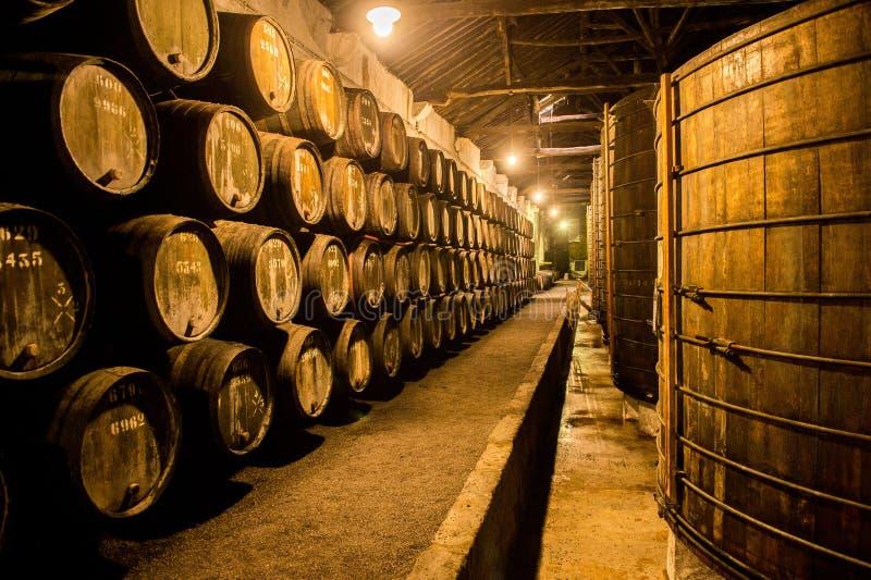 Tambores na adega de vinho, Porto, Portugal imagem de stock royalty free