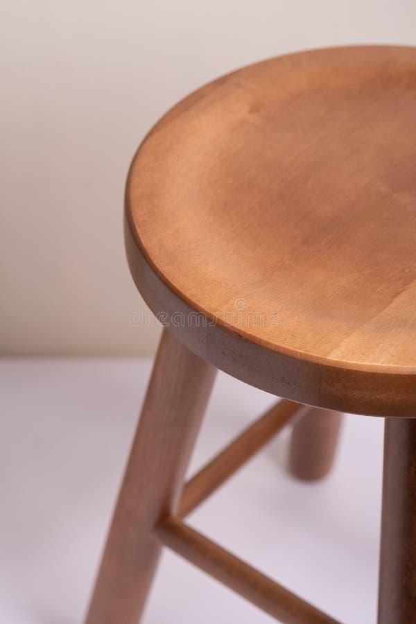 Tamborete sem costas de madeira Handcrafted no fundo branco isolado fotos de stock