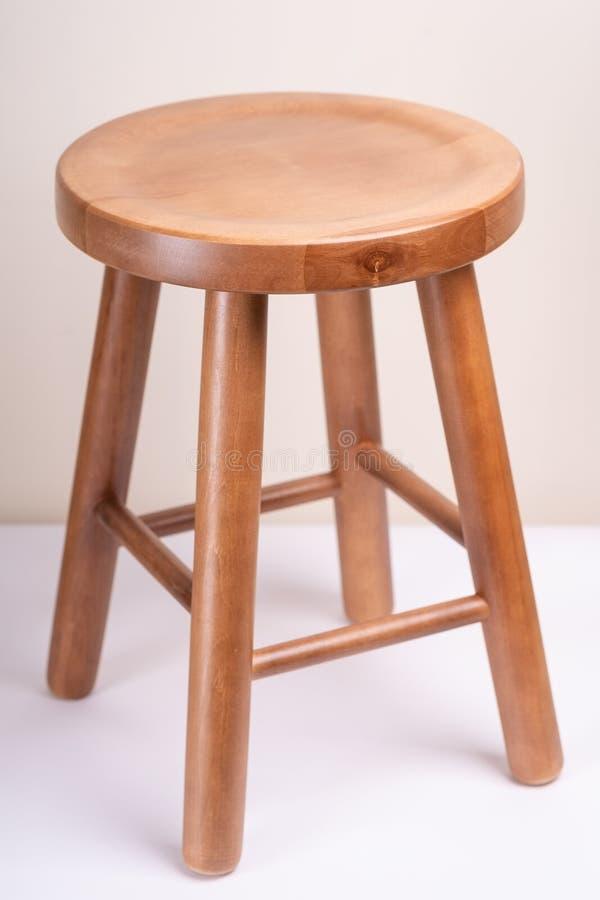 Tamborete sem costas de madeira Handcrafted no fundo branco isolado imagens de stock