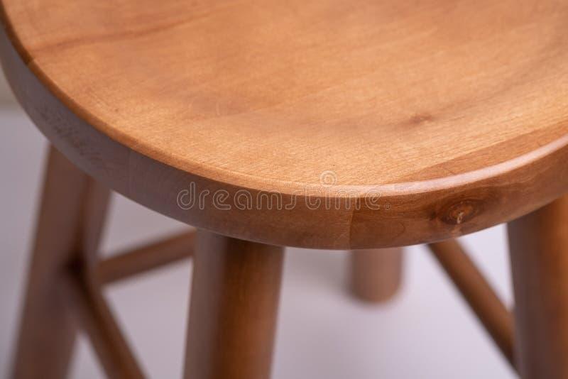 Tamborete sem costas de madeira Handcrafted no fundo branco isolado fotografia de stock royalty free