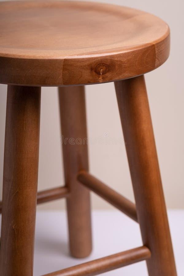Tamborete sem costas de madeira Handcrafted no fundo branco isolado foto de stock