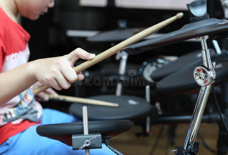 Tambour électronique de garçon de tambour électronique asiatique non identifié de jeu images libres de droits