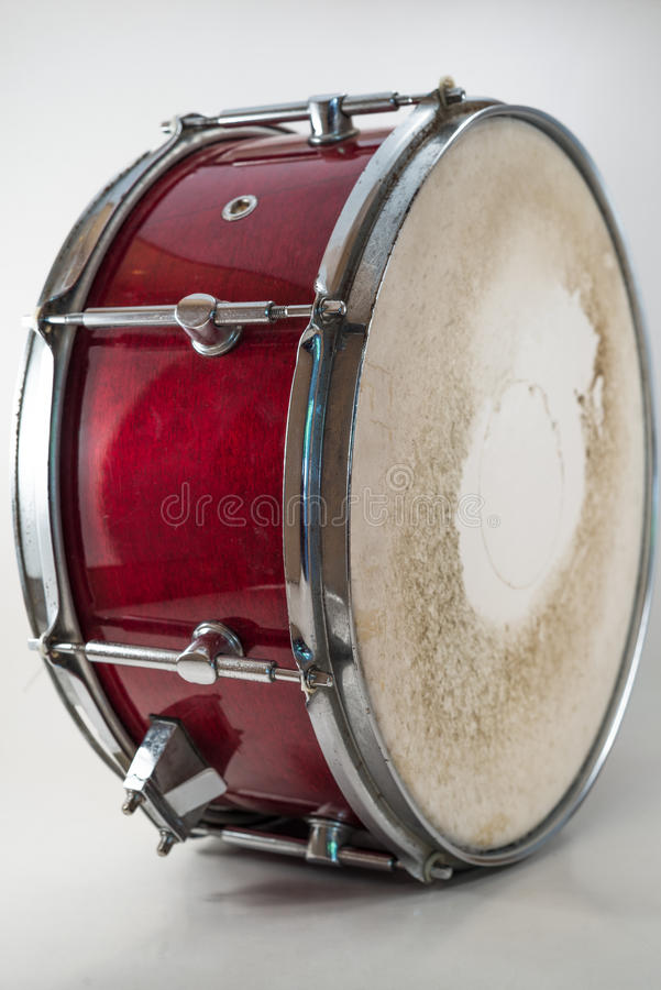 Tambour de piège en bois rouge d'isolement sur un fond blanc. Musique rock images libres de droits
