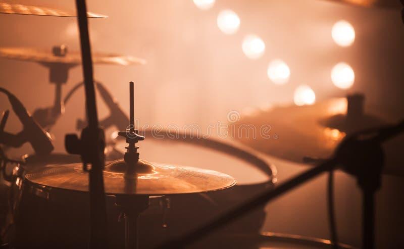 Tambour de roche réglé avec des cymbales image libre de droits