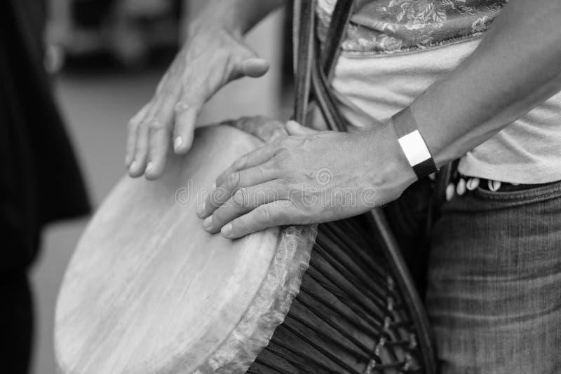 Tambour ethnique dans les mains d'un musicien image stock