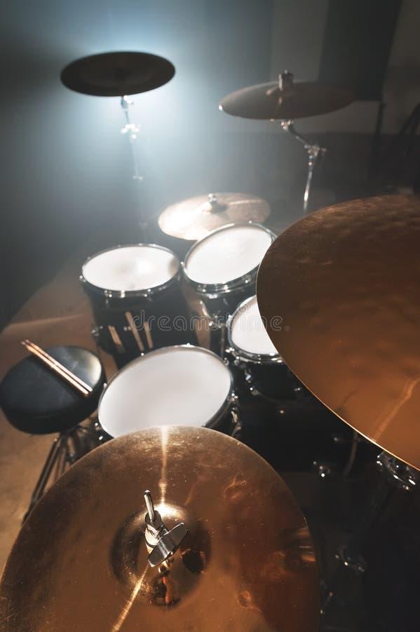 Tambour moderne réglé préparé pour jouer dans une salle sombre de répétition sur l'étape avec un projecteur lumineux Le concept d photo libre de droits