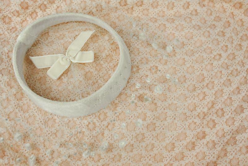 Tambourin blanc de vintage avec le voile de dentelle contre la robe modelée par pêche photos libres de droits