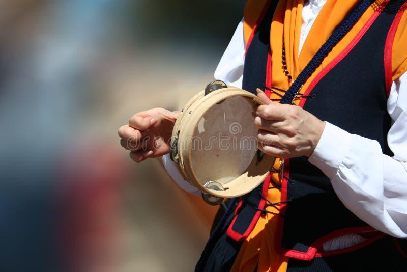 Tambourine im Fest von einer Frau gespielt stockfotos