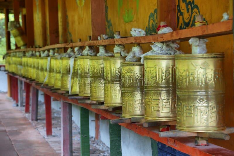 Tambours bouddhistes de prière au milieu Templ de Huanglong photo libre de droits
