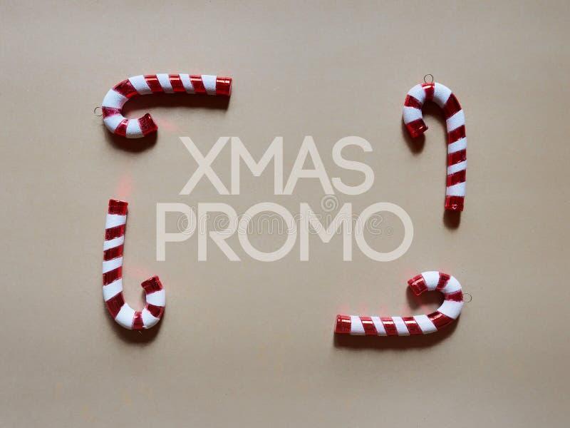 Tambours de canne de sucrerie de Noël au studio au-dessus de la vue au-dessus d'un fond neutre crème de brwon d'isolement photographie stock