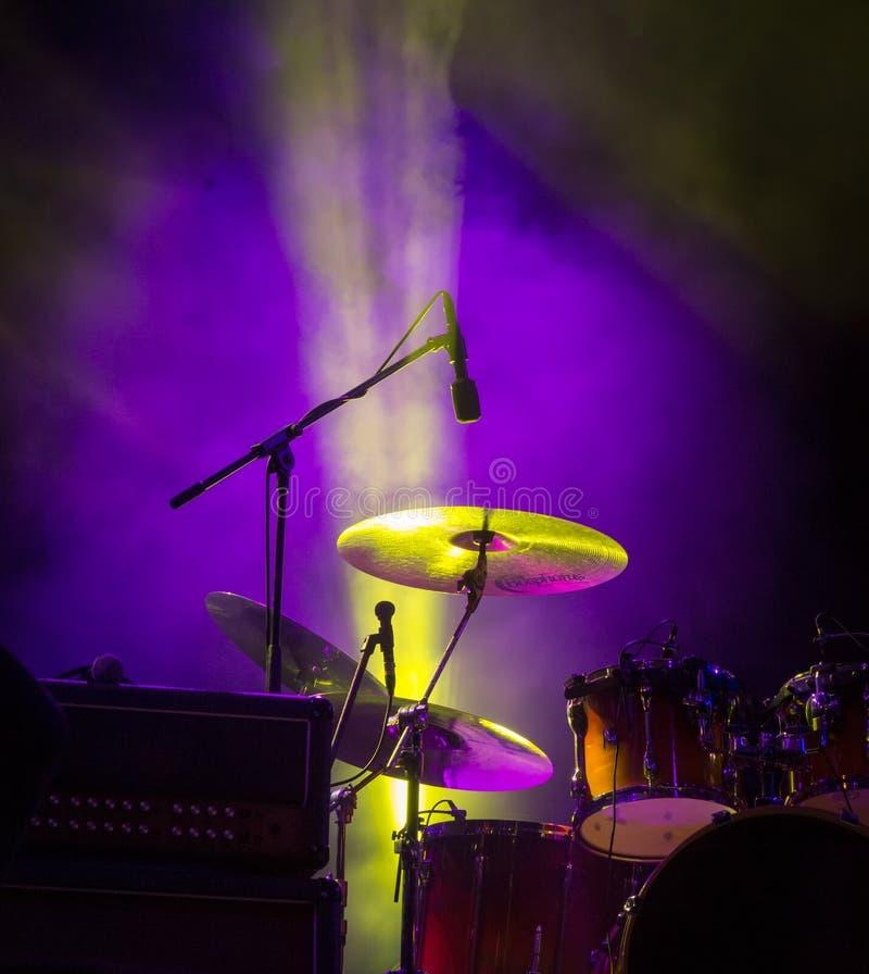 tambours Lumières vivantes de concert et d'étape photographie stock libre de droits