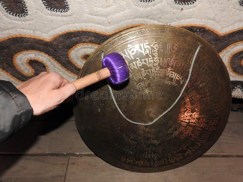 Tamburi dello sciamano nelle mani degli sciamani ritual cerimonia necessit? immagine stock libera da diritti