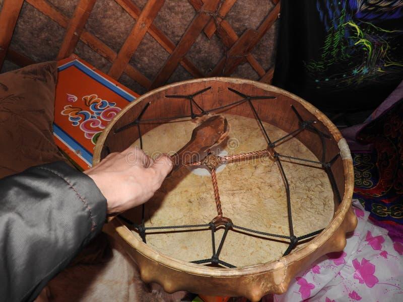 Tamburi dello sciamano nelle mani degli sciamani ritual cerimonia necessit? fotografia stock libera da diritti