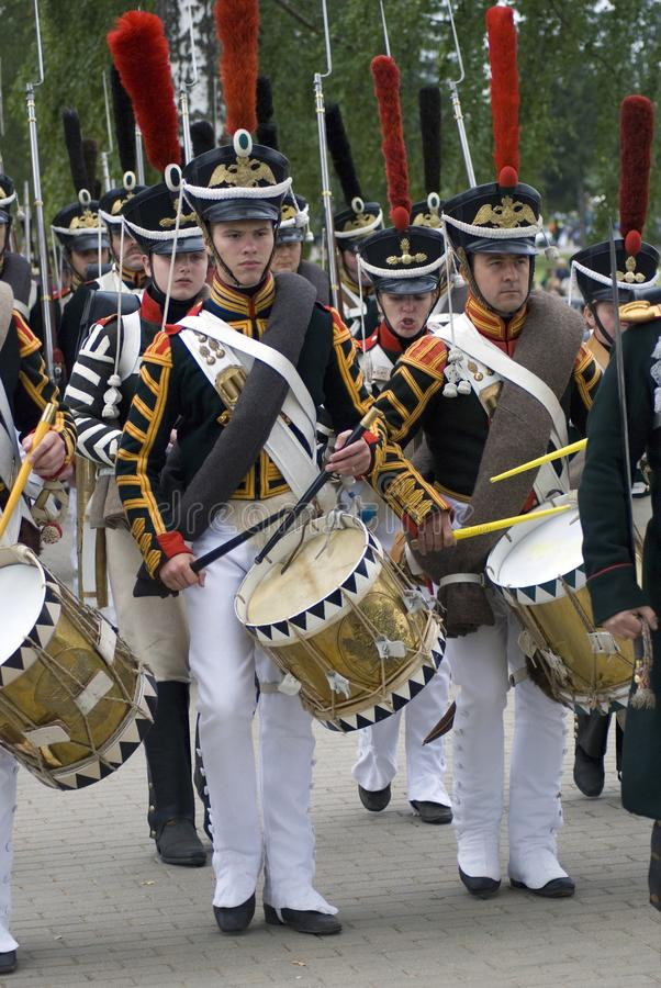 Tamburi in marcia del gioco dei soldati-reenactors immagine stock