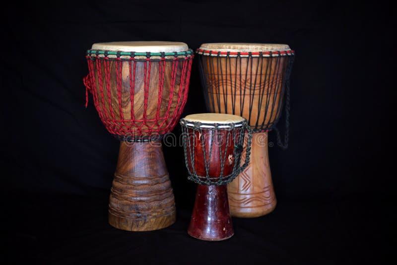 Tamburi tradizionali africani sul nero fotografie stock libere da diritti