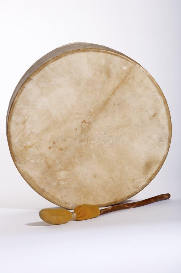 Tamburo e bacchetta indiani della pelle di daino del nativo americano immagini stock libere da diritti