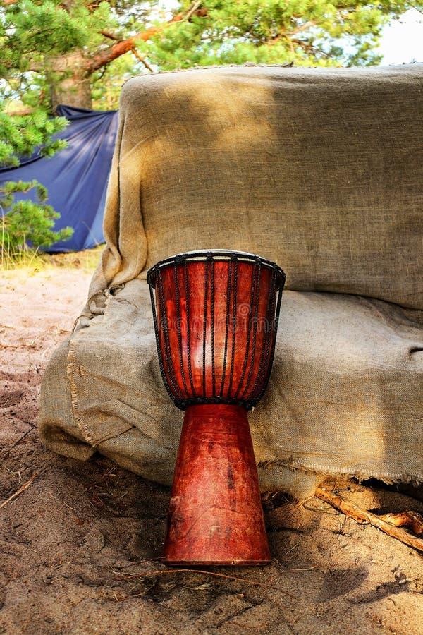 Tamburo etnico africano del jumbo degli strumenti musicali fotografie stock libere da diritti