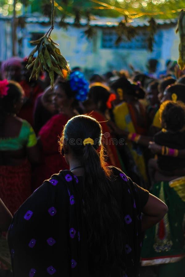 TAMIL NADU INDIEN - Narikurava i fotografi 'är vi konungar av skogen, låter de som vågar för att försöka att underkuva oss `, royaltyfria foton