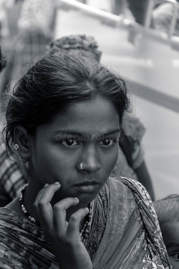TAMIL NADU INDIEN - Narikurava i fotografi 'är vi konungar av skogen, låter de som vågar för att försöka att underkuva oss `, arkivfoton