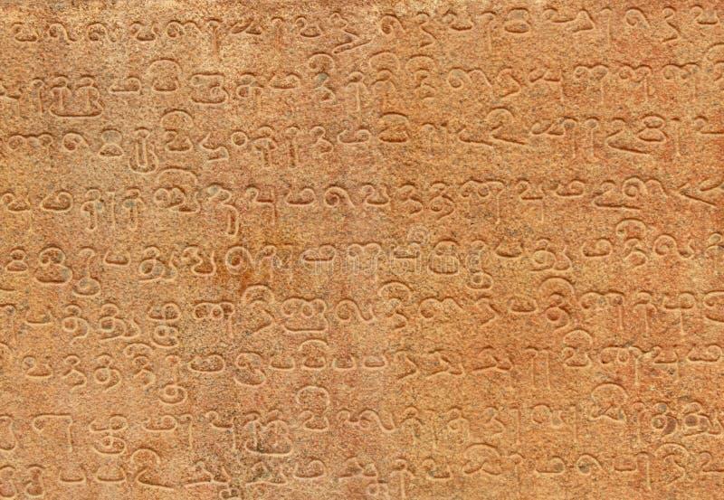 Tamil och sanskritiska inskrifter från det 11th århundradet royaltyfria foton