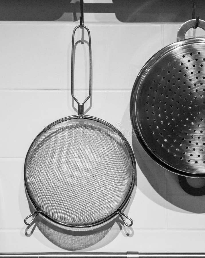 Tamis de cuisine sur le cintre photos stock