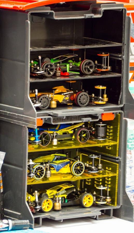 Tamiya Plastic, modelo, escala, miniatura, R/C, RC, carro de competência em uma caixa do recipiente de armazenamento imagem de stock