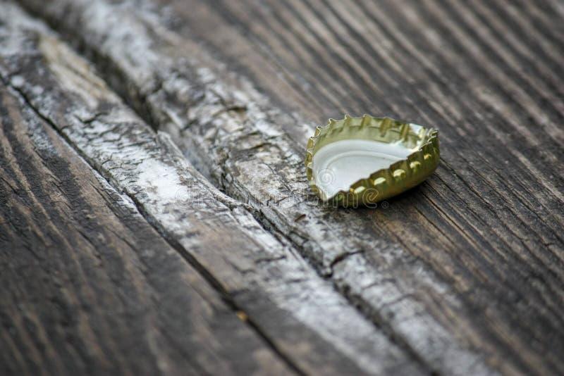 Tampão de garrafa da cerveja no fundo de madeira Foco seletivo macio Close-up foto de stock
