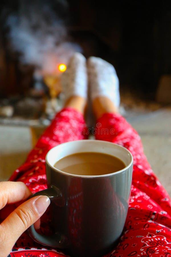 Tampão do café, fogo da lenha no fundo Fla colorido brilhante foto de stock