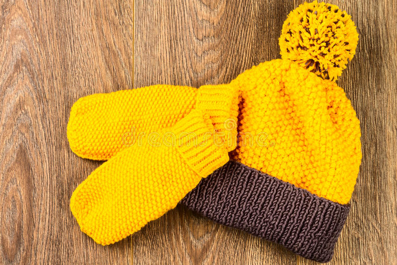 Tampão e mitenes de confecção de malhas amarelos imagem de stock