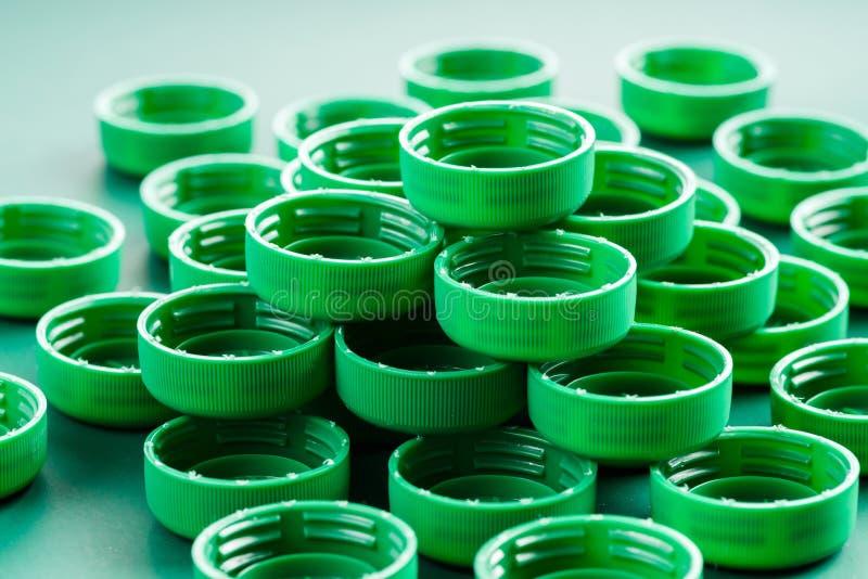 Tampões coloridos das garrafas plásticas fotografia de stock royalty free