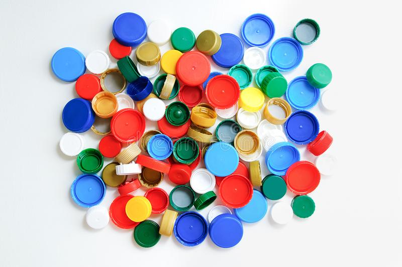 Tampões de garrafa plásticos em um fundo branco fotos de stock royalty free