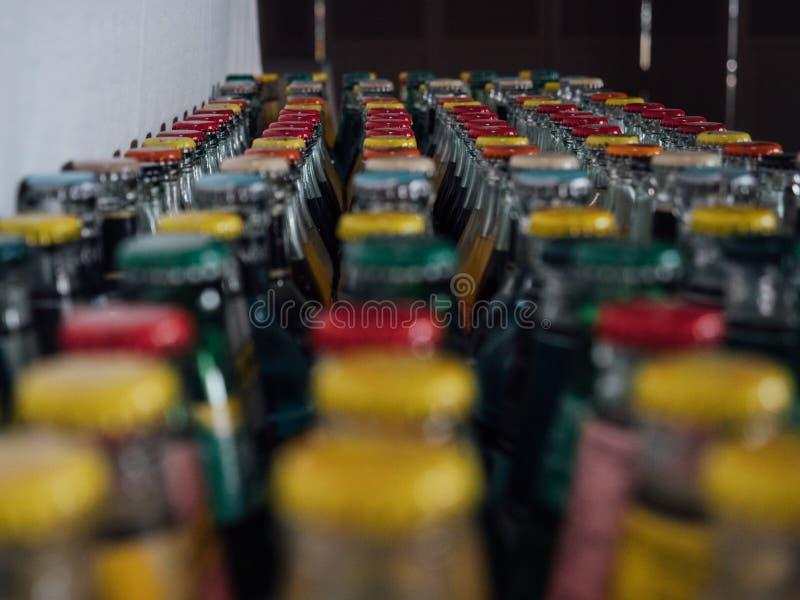 Tampões de garrafa de vidro coloridos, vermelho, amarelo, verdes fotografia de stock