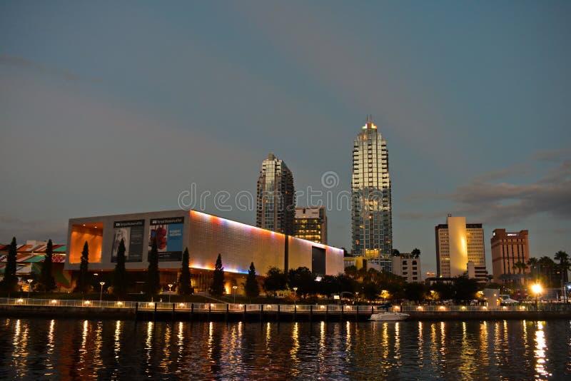 Tampa śródmieścia i muzeum sztuki drapacz chmur na zmierzchu tle obraz royalty free
