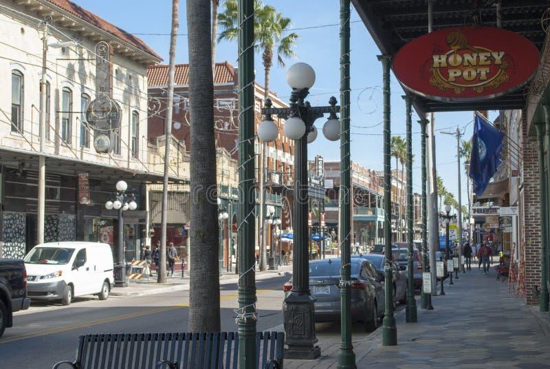 Tampa berömd 7th gata för den Ybor staden med shoppar, restauranger, bilar, att gå för folk arkivbild