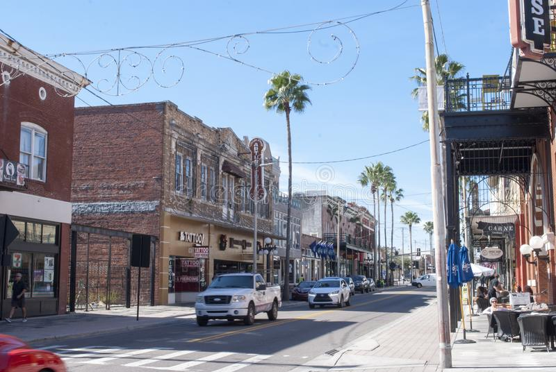 Tampa, calle famosa de la ciudad de Ybor 7ma con las tiendas, restaurantes, coches, el caminar de la gente imagen de archivo libre de regalías