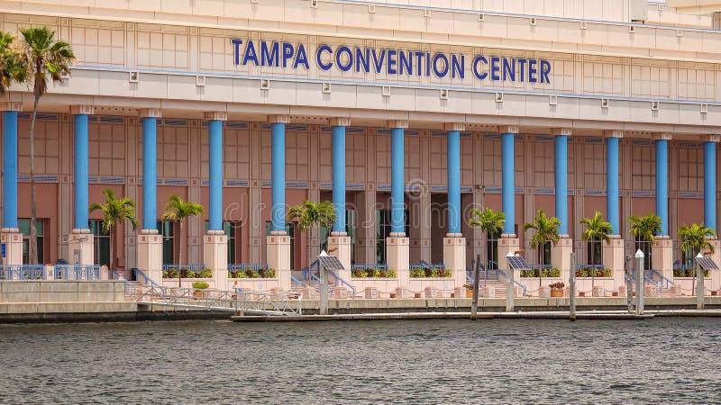 Tampa Convention Center y bote pequeño en Tampa céntrica, florida imagen de archivo