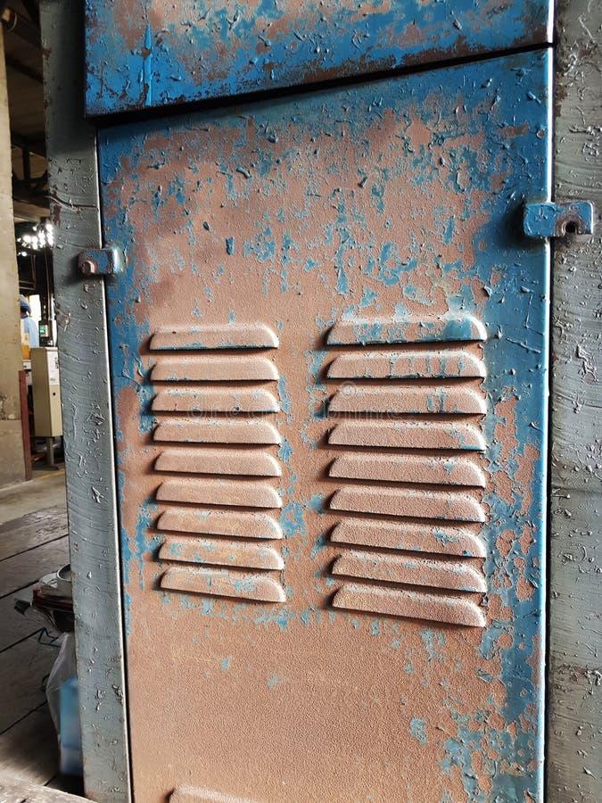 Tampa da maquinaria a tampa da máquina velha que falta o cuidado da oxidação fotografia de stock