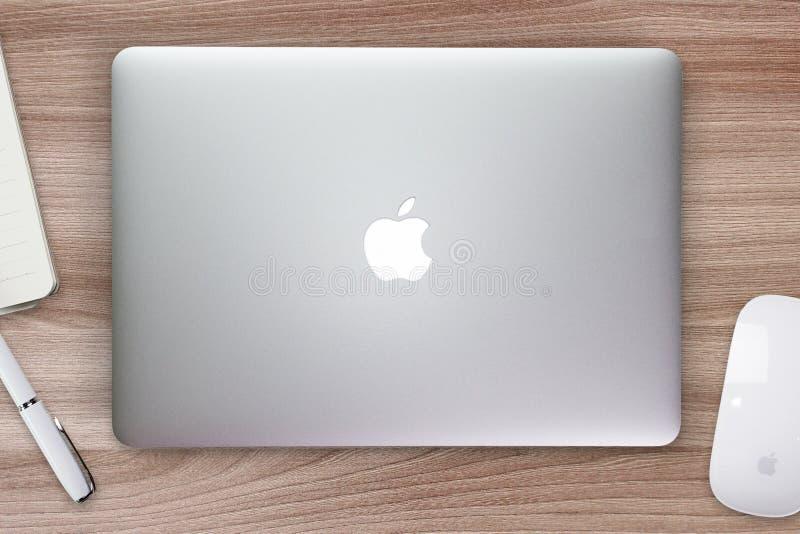 Tampa da retina de Apple Macbook em uma mesa, na tabela com rato e nos artigos de papelaria fotografia de stock